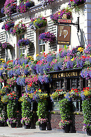 Great Britain, London, Kensington and Chelsea: The Churchill Arms pub on Kensington Church Street covered in Summer flowers | Grossbritannien, England, London, Kensington and Chelsea: The Churchill Arms blumengeschmueckter Pub an der Kensington Church Street