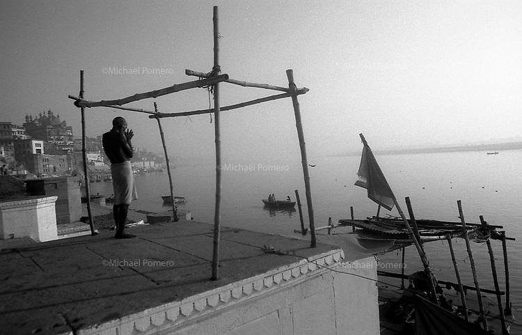 12.2010 Varanasi (Uttar Pradesh)<br /> <br /> Man praying in front of the Ganga river.<br /> <br /> Homme en train de prier face au Gange.