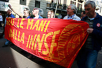 Milano, manifestazione contro i tagli previsti dalla riforma dell'istruzione. Lavoratori metalmeccanici della INNSE --- Milan, demonstration against the spending cut provided by the school reform. Workers of INNSE engineering factory