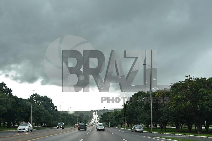 BRASILIA, DF, 12.03.2016 – CLIMA-DF – Fortes chuvas com trânsito fluindo normalmente, na tarde deste sábado, 12, na saída norte de Brasília. (Foto: Ricardo Botelho/Brazil Photo Press)