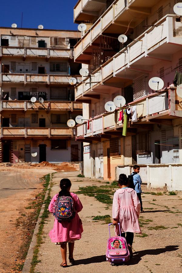 Algerie. Oran. 10 Avril 2011 . Enfants habitant le quartier dans lequel Yasmina Khadra a passe son enfance.<br /> <br /> <br /> Algeria, Oran. April 9th 2011<br /> Kids who live in the same neighborhood where Yasmina Khadra grew up.