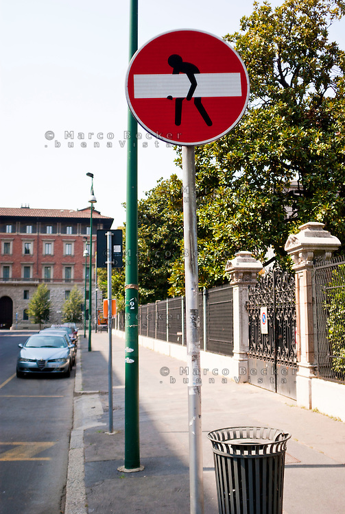 Milano, street art. Un omino su un cartello stradale, di Clet Abraham --- Milan, street art. A little man on a road sign, by Clet Abraham