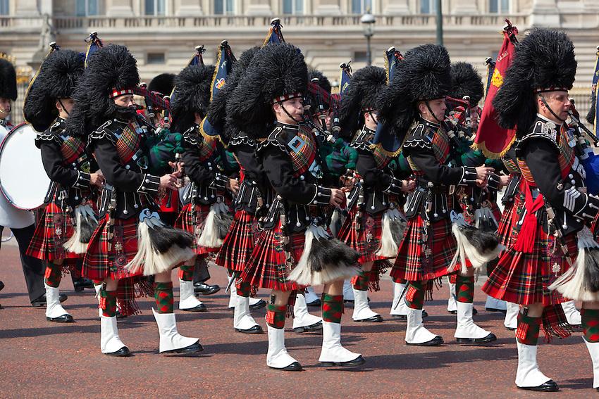 United Kingdom, London: Trooping the Colour, Pipers of the Scots Guards marching past Buckingham Palace | Grossbritannien, England, London: Trooping the Colour, alljaehrliche Militaerparade am zweiten Samstag im Juni zu Ehren des Geburtstages der britischen Koenige und Königinnen, Dudelsackpfeiffer der schottischen Garde marschieren vor dem Buckingham Palast