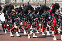 United Kingdom, London: Trooping the Colour, Pipers of the Scots Guards marching past Buckingham Palace | Grossbritannien, England, London: Trooping the Colour, alljaehrliche Militaerparade am zweiten Samstag im Juni zu Ehren des Geburtstages der britischen Koenige und Königinnen, Dudelsackpfeiffer der schottischen Garde marschieren vor dem Buckingham Palast
