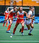 Den Bosch  - Xan de Waard (Ned) met Pauline Leclef (Belgie)   tijdens  de Pro League hockeywedstrijd dames, Nederland-Belgie (2-0).    COPYRIGHT KOEN SUYK