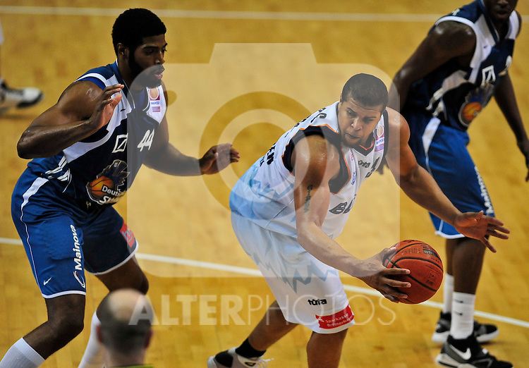 01.06.2010, Ballsporthalle, Frankfurt, GER, 1.BBL - Play Off, Deutsche Bank Skyliners vs Eisbaeren Bremerhaven, im Bild Greg Jenkins (Skyliners USA #44), Jeff Gibbs (#34 USA Eisbaeren Bremerhaven),   Foto © nph / Roth