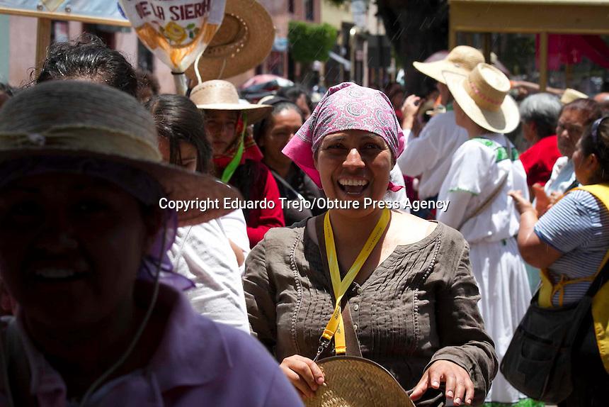 San Juan del R&iacute;o, Qro., julio 19 del 2015.- Como es tradici&oacute;n desde hace 55 a&ntilde;os, arribaron a esta ciudad las columnas dos columnas de peregrinas que van caminando a la Ciudad de M&eacute;xico, a ponerse a los pies de la Virgen de Guadalupe en el Tepeyac y que suman en total 15 mil mujeres queretanas.<br /> <br /> Aproximadamente de la ciudad de Quer&eacute;taro llegaron un total de 11 mujeres; mientras que por el lado de la Sierra, llegaron 4 mil 500 mujeres, quienes llegaron con rezos y cantos de agradecimiento ya que la jornada termina este pr&oacute;ximo domingo.