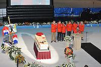 SCHAATSEN: HOORN: IJSBAAN DE WESTFRIES, 03-01-2014, Herdenkingsdienst marathonschaatser Sjoerd Huisman, Teamgenoten Radson-Elco-Jinstal, Erwin Mesu, Douwe Bierma, Frederik Nauta, Sjaak Schipper, Fabio Francolini, Ploegleider Jeroen de Vries (toespraak), ©foto Martin de Jong