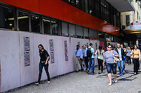 RIO DE JANEIRO, RJ, 10 DE JULHO DE 2013 -TAPUMES DE PROTEÇÃO NO COMÉRCIO-Com medo das manifestações os comerciantes começam a instalar tapumes de proteção um dia antes da greve geral e da passeata das centrais sindicais, na tarde desta quarta-feira,10, no centro do Rio de Janeiro nesta terça-feira 09.FOTO:MARCELO FONSECA/BRAZIL PHOTO PRESS