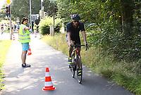 Teilnehmer kommt zum SKV Stadion und wechselt auf die Laufstrecke - Mörfelden-Walldorf 21.07.2019: 11. MoeWathlon