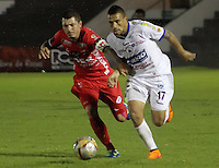 TUNJA -COLOMBIA, 24-09-2015. Leonardo Pico (Izq)jugador de Patriotas FC disputa el balón con Rodrigo E. Soria (Der) jugador de Deportivo Pasto durante partido por la fecha 11 de la Liga Águila II 2015 realizado en el estadio La Independencia en Tunja./ Leonardo Pico (L) player of Patriotas FC fights for the ball with Rodrigo E. Soria (R) player of Deportivo Pasto during match for the date 11 of Aguila League II 2015 at La Independencia stadium in Tunja. Photo: VizzorImage/César Melgarejo/STR