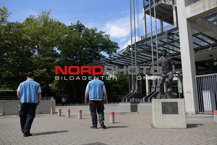 nph00351:  Eine Statue des Koelner Idols Heinz Flohe vor dem Stadion.<br /> Sport: Fussball: 1. Bundesliga: Saison 19/20: 26.Spieltag: 1.FC KOELN-FSV MAINZ 05,17.05.2020.<br />  <br /> Nur für journalistische Zwecke! Only for editorial use!<br /> Gemäß den Vorgaben der DFL Deutsche Fußball Liga ist es untersagt, in dem Stadion und/oder vom Spiel angefertigte Fotoaufnahmen in Form von Sequenzbildern und/oder videoähnlichen Fotostrecken zu verwerten bzw. verwerten zu lassen. DFL regulations prohibit any use of photographs as image sequences and/or quasi-video.<br /> <br /> <br />  <br /> Foto: Anke Waelischmiller/SVEN SIMON/POOL/via Meuter/nordphoto