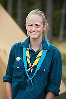 20140805 Vilda-l&auml;ger p&aring; Kragen&auml;s. Foto f&ouml;r Scoutshop.se<br /> tjej, scoutskjorta, framf&ouml;r t&auml;lt, skog i bakgrunden, ler finurligt, tv&aring; scouthalsdukar, uppkavlade &auml;rmar