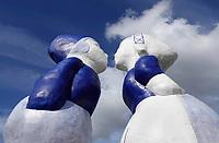 Nederland Amsterdam - September 2019. Westelijk Havengebied. Kissing Couple XXXL van de kunstenaar Saske van Eerden. Noordzeekanaal. Foto: Berlinda van Dam / Hollandse Hoogte