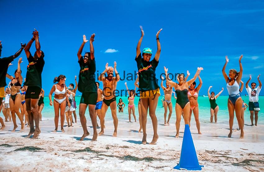 Dominikanische Republik, Punta Cana, Animation, Strandgymnastik am Playa Bavaro | Dominican Republic, Punta Cana, entertainment, gymnastics at beach Playa Bavaro