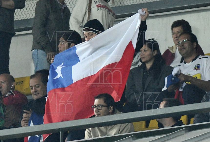 BOGOTA- COLOMBIA – 26-02-2015: Hinchas de Colo Colo de Chile, animan a su equipo durante partido entre Independiente Santa Fe de Colombia y Colo Colo de Chile, por la segunda fase, grupo 1, de la Copa Bridgestone Libertadores en el estadio Nemesio Camacho El Campin, de la ciudad de Bogota.  / Fans of Colo Colo of Chile, cheer for their team during a match between Independiente Santa Fe of Colombia and Colo Colo of Chile for the second phase, group 1, of the Copa Bridgestone Libertadores in the Nemesio Camacho El Campin in Bogota city. Photo: VizzorImage / Luis Ramirez / Staff.