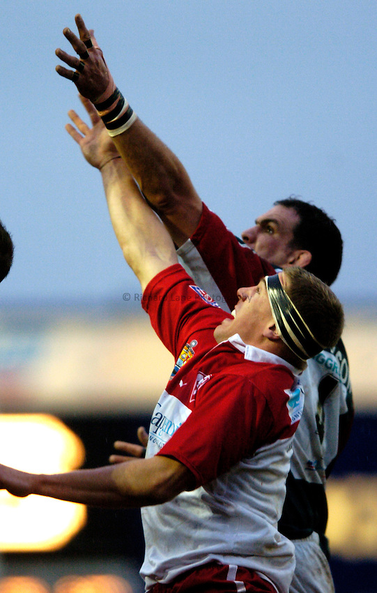 Photo: Richard Lane..Leicester Tigers v Biarritz Olympique. Heineken Cup. 09/01/2005..Martin Johnson and Imanol Harinordoquy reach for a lineout.