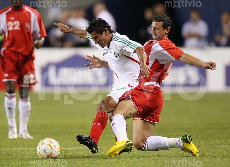 Fussball International Gold Cup Halbfinale  Guadeloupe 0-1 Mexico Alberto Medina (MEX,li) gegen Micheal Tacalfred (GLP)