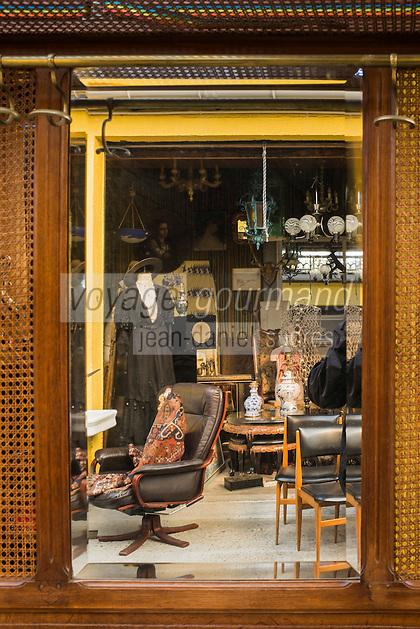 France, Seine-Saint-Denis (93), Saint-Ouen, Le marché aux Puces- le Marché Paul Bert, reflet dans un miroir //  France, Seine Saint Denis, Saint Ouen flea market Market Paul Bert, reflection in a mirror