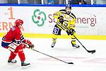 Huddinge 2015-09-20 Ishockey Division 1 Huddinge Hockey - S&ouml;dert&auml;lje SK :  <br /> Situationen n&auml;r S&ouml;dert&auml;ljes Fredrik Weigel tuggar p&aring; munskyddet och f&aring;r 10 minuters utvisning i siutet av matchen mellan Huddinge Hockey och S&ouml;dert&auml;lje SK <br /> (Foto: Kenta J&ouml;nsson) Nyckelord:  Ishockey Hockey Division 1 Hockeyettan Bj&ouml;rk&auml;ngshallen Huddinge S&ouml;dert&auml;lje SK SSK utvisning utvisad utvisas