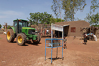 Afrika Westafrika Burkina Faso, Landwirtschaft, John Deere Traktor an Tankstelle mit Benzin aus Flaschen in einem Dorf | .Africa west-africa Burkina Faso, John Deere Tractor in village - agriculture