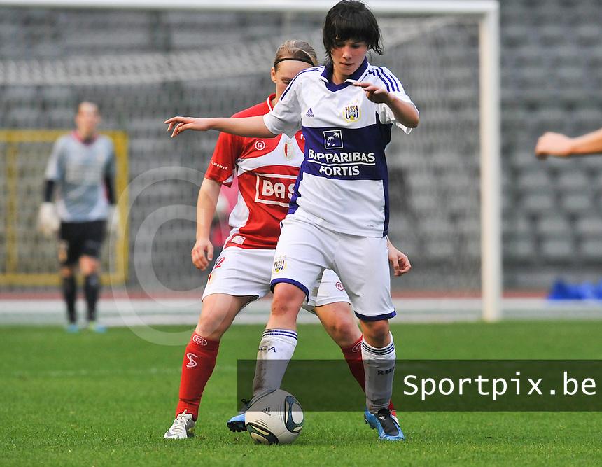 RSC Anderlecht Dames - Standard Femina de Liege : Annelies Van Loock aan de bal.foto DAVID CATRY / Vrouwenteam.be