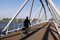 Man fietst naar zijn werk in Amsterdam