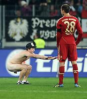 FUSSBALL   1. BUNDESLIGA  SAISON 2011/2012   12. Spieltag FC Augsburg - FC Bayern Muenchen         06.11.2011 Ein nackter Flitzer neben Holger Badstuber (FC Bayern Muenchen)