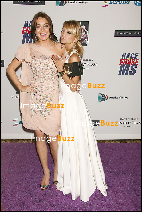 "LINDSAY LOHAN ET NICOLE RICHIE - 13 EME SOIREE DES ""ANNUAL RACE TO ERASE MS"" A LOS ANGELES..THE 13TH ANNUAL RACE TO ERASE MS THEMED "" DISCO FEVER TO ERASE MS "".LOS ANGELES, MAY 12, 2005..PIC : Lindsay Lohan & Nicole Richie"