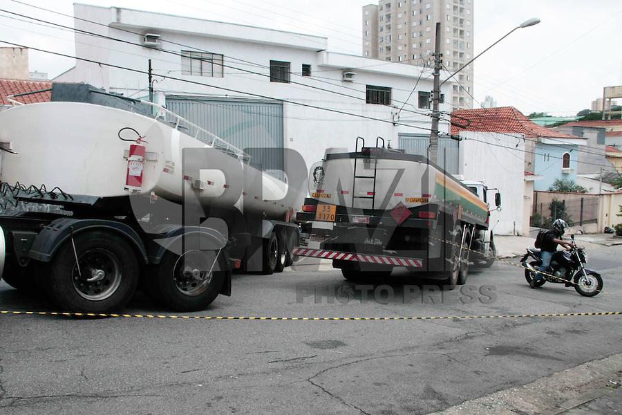 SAO PAULO, SP, 15 DE FEVEREIRO 2012 -  ACIDENTE TRANSITO CAMINHAO - Na tarde desta quarta-feira (15) um motorista de caminhao que transporta combustivel perdeu o controle ao subir  a ladeira da Rua Salvador Pires Lima em Heliópolis região sul de São Paulo. A rua está interditada e não houve vítimas. (FOTOS: AMAURI NEHN - BRAZIL PHOTO PRESS.