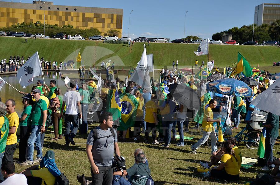 BRASÍLIA, DF, 27.05.2015 – PROTESTO-DF – Integrantes do Movimento Brasil Livre (MBL) exibem uma faixa gigante pedindo o impeachment da presidente Dilma Rousseff durante protesto realizado diante do prédio do Congresso Nacional, em Brasília, na tarde desta quarta-feira,27.(Foto: Ricardo Botelho / Brazil Photo Press)