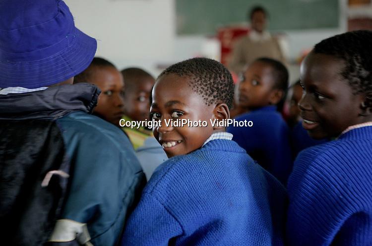Foto: VidiPhoto..MASVINGO - Kinderen krijgen basisonderwijs op de school van Morgenster, een Nederlands ontwikkelingsproject in de buurt van Masvingo, Zimbabwe. De school telt 700 leerlingen, 21 onderwijzers en 20 onderwijzers in opleiding. Door een staking van het onderwijzend personeel zijn scholen in Zimbabwe een jaar lang dicht geweest, ook de school van Morgenster. Morgenster is een kleine dorpsgemeenschap met een kerk, scholen (basisonderwijs, pabo en theologische school) en een ziekenhuis met een bovenregionale functie.