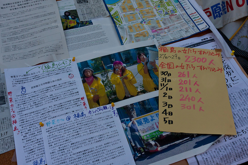 Press cutting and attendance count at an Anti nuclear protest by women outside the Ministry of Economy, Trade and Industry (METI) in Tokyo Japan. Friday November 4th 2011. The protest ran from October 27th to Noverber 5th. Originally started my mothers from Fukushima protesting about nuclear contamination from October 30th to November 5th the protest welcomed women and people from all over Japan.