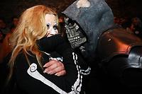 Jennifer Kühn erschreckt sich bei der Show im Folterturm- Mühltal 03.11.2018: Halloween auf der Burg Frankenstein