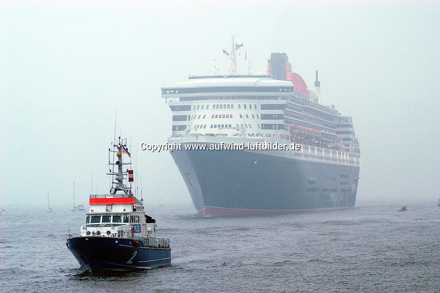 Deutschland, Hamburg,  Queen Mary 2, Elbe, Dunst, Nebel