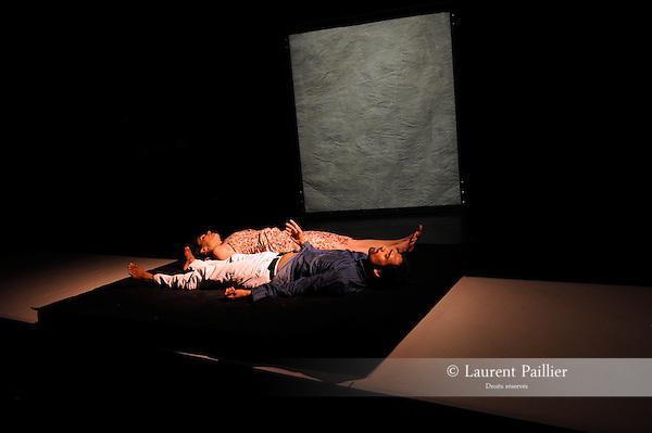SARATH ET MARINA<br /> <br /> Chor&eacute;graphie : Jean-Christophe Bleton<br /> Danse : Marina Ligeron et Sarath Amarasingam<br /> Percussions : Marc Pujol<br /> Sc&eacute;nographie et accessoires : Olivier Defrocourt <br /> Lumi&egrave;res  Fr&eacute;d&eacute;ric Dugied<br /> Compagnie les Orpailleurs<br /> Lieu : Th&eacute;&acirc;tre Dunois<br /> Ville : Paris<br /> Date : 22/04/2013<br /> &copy; Laurent Paillier / photosdedanse.com