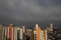 SÃO PAULO, SP, 14 JANEIRO 2013 - CLIMA TEMPO CAPITAL PAULISTA -  São Paulo amanheceu com céu nublado na manhã dessa segunda-feira (14). FOTO: LUIZ GUARNIERI / BRAZIL PHOTO PRESS.