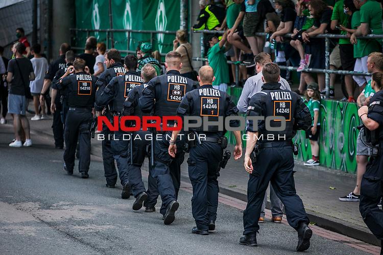 im Bild: rund um das Wohninvest Weserstadion feiern Fans des SV Werder das Erreichen der Relegation / Hundertschaft der Polizei zeigt Präsenz am Stadion, <br /><br />Sport: nphgm001: Fussball: 1. Bundesliga: Saison 19/20: 34. Spieltag: SV Werder Bremen vs 1.FC Koeln 27.06.2020 <br /><br />Foto: Rauch/gumzmedia/nordphoto<br /><br />EDITORIAL USE ONLY