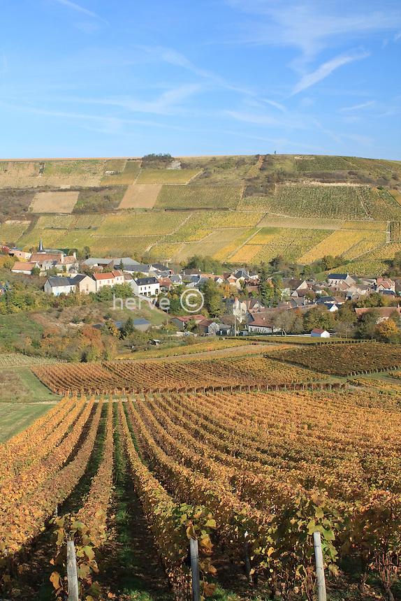 France, Cher (18), région du sancerrois, Chavignol, vignoble en automne et le village // France, Cher, Sancerre region, Chavignol, vineyards in autumn and the village