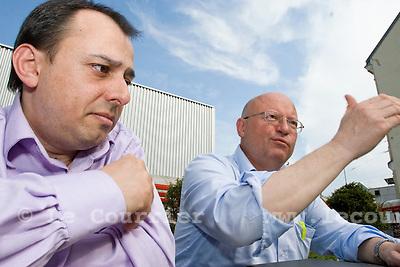 Genève, le 20.04.2009.Jean-luc Ardite du parti du travail et Pierre Vanek, permanent de solidarité..© Le Courrier / J.-P. Di Silvestro