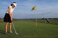 Europe/France/Limousin/23/Creuse: Golf - [AUTORISATION N°37] - Joueur de Golf (femme) sur le green  au putter