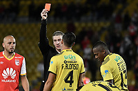 BOGOTÁ - COLOMBIA, 25-07-2017: Anderson Daronco, Brasil, arbitro, muestra la tarjeta roja a Armando Wila Canga (#13) de F Amarilla durante partido entre Independiente Santa Fe de Colombia y Fuerza Amarilla de Ecuador por la segunda fase, llave 8, de la Copa CONMEBOL Sudamericana 2017 jugado en el estadio Nemesio Camacho El Campin de la ciudad de Bogotá. / Anderson Daronco, Brazil, referee, shows the red card to Armando Wila Canga (#13) of F Amarilla during the match between Independiente Santa Fe of Colombia and Fuerza Amarilla of Ecuador for the second phase, key 8, of the Copa CONMEBOL Sudamericana 2017 played at Nemesio Camacho El Campin stadium in Bogota city.  Photo: VizzorImage / Gabriel Aponte / Staff