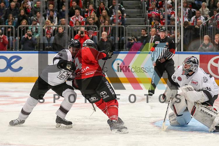 Koelns Dane Byers (Nr.34) im Zweikampf vor Nuernbergs Jochen Reimer (Nr.32) gegen Nuernbergs Steven Reinprecht (Nr.28)  beim Spiel in der DEL, Koelner Haie (dunkel) - Nuernberg Ice Tigers (weiss).<br /> <br /> Foto &copy; PIX-Sportfotos *** Foto ist honorarpflichtig! *** Auf Anfrage in hoeherer Qualitaet/Aufloesung. Belegexemplar erbeten. Veroeffentlichung ausschliesslich fuer journalistisch-publizistische Zwecke. For editorial use only.