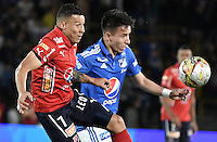 BOGOTA - COLOMBIA -20 -11-2016: Oscar Barreto (Der) jugador de Millonarios disputa el balón con Luis C Arias (Izq) jugador de Independiente Medellín durante partido por la fecha 20 de la Liga Aguila II 2016 jugado en el estadio Nemesio Camacho El Campin de la ciudad de Bogota./ Oscar Barreto (R) player of Millonarios fights for the ball with Luis C Arias (L) player of Independiente Medellin during match for the date 20 of the Liga Aguila II 2016 played at the Nemesio Camacho El Campin Stadium in Bogota city. Photo: VizzorImage / Gabriel Aponte / Staff.