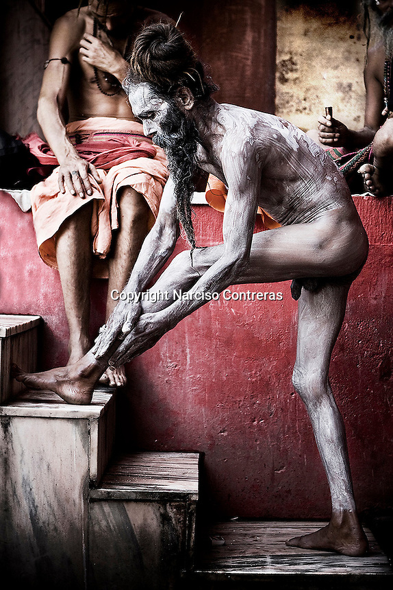 KUMBH MELA. THE NAGA BABAS PROCESSION. A SADHU MAKE UP HIS BODY WITH ASHES AFTER TOOK A BATH INTO THE SACRED MOTHER GANGA. HARIDWAR, INDIA.