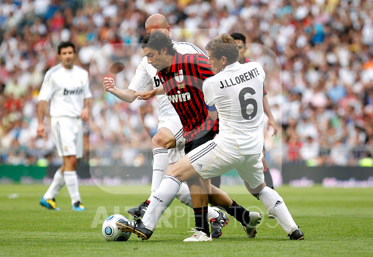 Madrid (30/05/10).- Estadio Santiago Bernabeu..Corazon Classic Match 2010.Real Madrid Veteranos 4- Milan Glorie 3.Rui Costa, Zinedine Zidane y Julio Llorente...Photo: Alex Cid-Fuentes/ ALFAQUI.