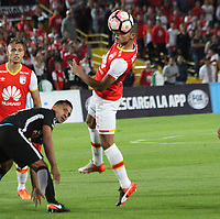 BOGOTA - COLOMBIA, 14-09-2017:Anderson Plata (Der.) jugador del Independiente Santa Fe de Colombia disputa el balón con  Libertad del Paraguay durante partido por los ocatvos de final 2 vuelta de La Copa Conmebol Sudamericana 2017  jugado en el estadio Nemesio Camacho  El Campín  de la ciudad de Bogotá . /: Anderson Plata (Der.) Player of Independiente Santa Fe of Colombia fights the ball with Libertad of Paraguay during match for the eighth-finals 2 back of La Copa Conmebol Sudamericana 2017 played in the stadium Nemesio Camacho El Campín de the city of Bogotá. Photo: Vizzorimage / Felipe Caicedo / Staff