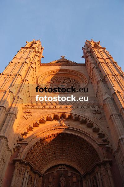 Puerta de Almudaina and window rosette (the largest of gothic style, app. 100 m&sup2;, 12,55 m diameter) of the cathedral Santa Mar&iacute;a de Palma de Mallorca, worm's eye view<br /> <br /> Puerta de Almudaina y roset&oacute;n (el m&aacute;s grande en estilo g&oacute;tico, ca. 100 m&sup2;, 12,55 di&aacute;metro) de la Catedral Santa Mar&iacute;a (La Seu, cat.: Sa Seo) en Palma de Mallorca<br /> <br /> Almudaina Portal und Rosettenfenster (das gr&ouml;&szlig;te im gotischen Stil, ca. 100 m&sup2;, 12,55 m Durchmesser) der Kathedrale Santa Mar&iacute;a in Palma de Mallorca aus der Froschperspektive<br /> <br /> 3008 x 2000 px<br /> 150 dpi: 50,94 x 33,87 cm<br /> 300 dpi: 25,47 x 16,93 cm