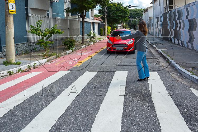 Pedestre sinalizando para carro parar, São Paaulo - SP, 04/2017.             Uso de imagem autorizado.