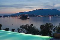 """Europe/France/2A/Corse-du-Sud/Porto-Vecchio: Hotel-Restaurant """"Casadelmar"""" route de Palombaggia-vue de nuit de la piscine et du Golfe de Porto-Vecchio-Architecte Jean-Francois Bodin [Non destiné à un usage publicitaire - Not intended for an advertising use]"""